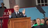 Ο Στίβεν Σπίλμπεργκ μιλάει στους απόφοιτους του Χάρβαρντ, εμπνέει και συγκινεί