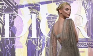 Η Κατρίν Ντενέβ κι η Ανια Τέιλορ-Τζόι στο Καλλιμάρμαρο για την επίδειξη Dior
