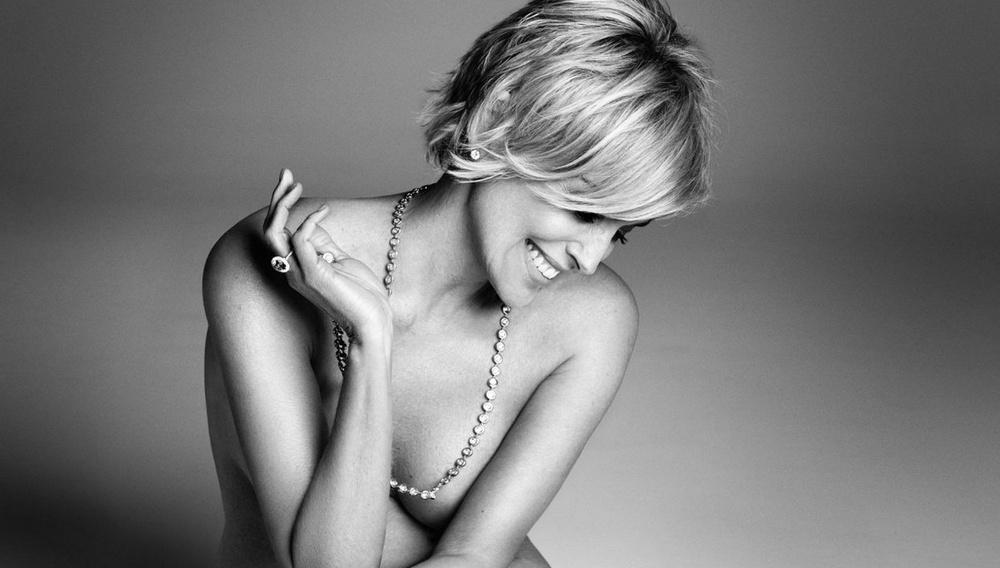 H Σάρον Στόουν φωτογραφίζεται γυμνή. Γιατί μπορεί!