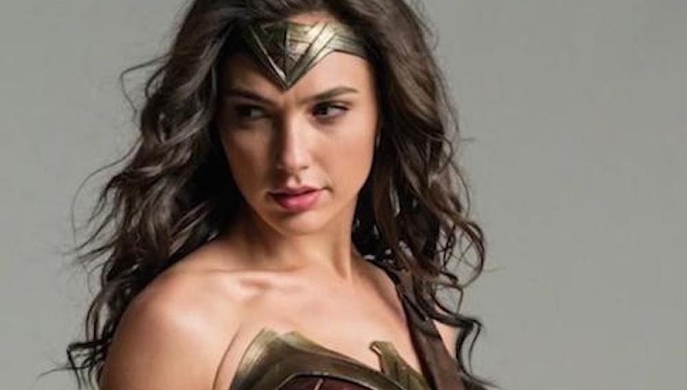 Η Γκαλ Γκαντότ δεν χορταίνει να αποκαλύπτει τα όπλα της Wonder Woman