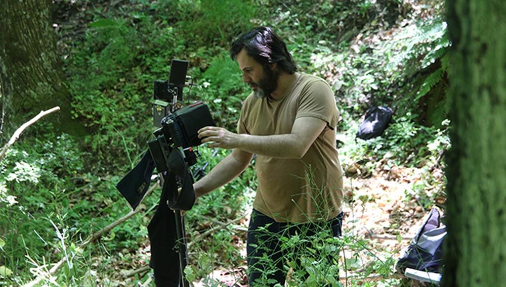 O Μίνως Νικολακάκης μιλάει για την «Αλυτη» σχέση του με τον λαογραφικό τρόμο και τις ιστορίες από τη ζώνη του λυκόφωτος