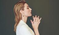 «Δεν μ' ενδιαφέρει να νιώθω βολικά.» Η Ελίζαμπεθ Ντεμπίκι δεν είναι μόνο μια όμορφη Αυστραλέζα