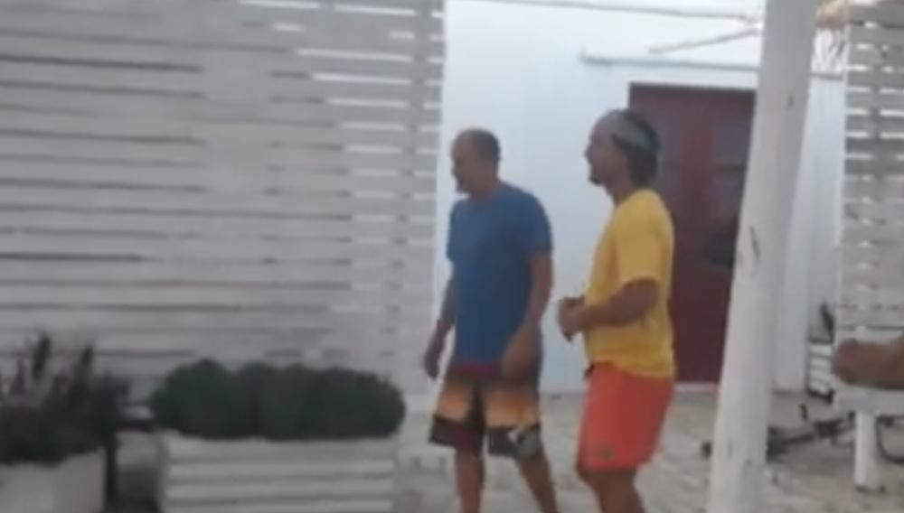 Ο Μάθιου ΜακΚόναχεϊ και ο Γούντι Χάρελσον παίζουν... μπάλα στην Αντίπαρο
