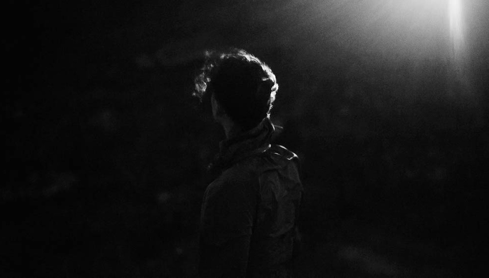 Ο Γιώργος Ζώης σκηνοθετεί τη νύχτα που δεν ξημερώνει ποτέ στο «Κακό Ποίημα» του Γιαν Βαν
