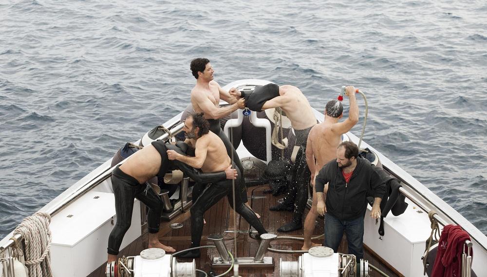 Αγόρια στη θάλασσα: Πρώτη φωτογραφία από το «Chevalier» της Αθηνάς Τσαγγάρη