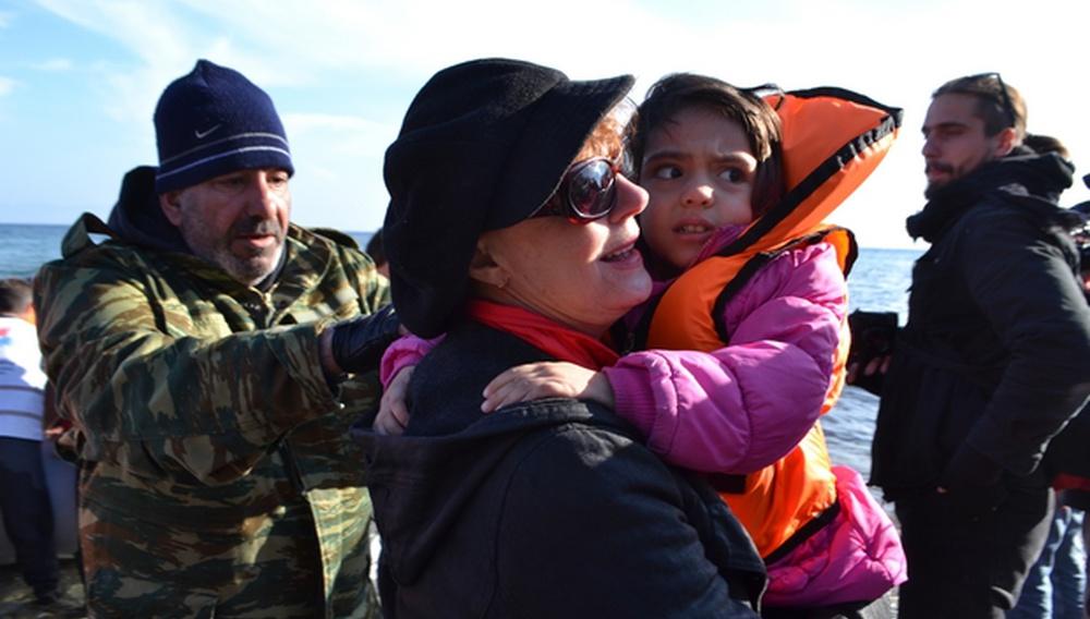 H Σούζαν Σαράντον στο πλευρό των προσφύγων στη Λέσβο