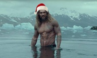 Ο Τζέισον Μομόα φέρνει τα Χριστούγεννα (ακόμη πιο κοντά μας)