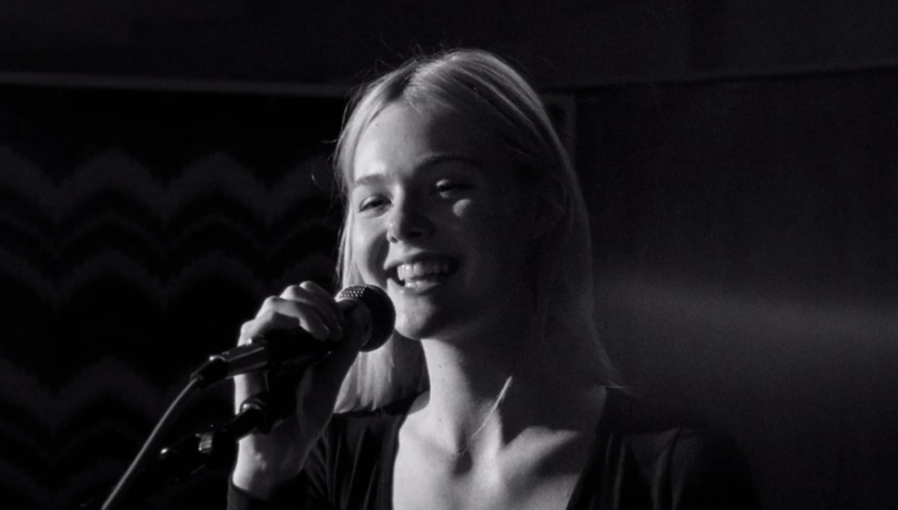 Η Τζία Κόπολα σκηνοθετεί την Ελ Φάνινγκ να τραγουδά το «Little Bird» της Ανι Λένοξ