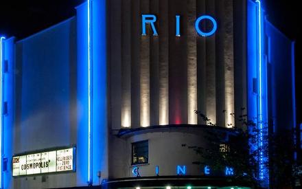 Ενα σινεμά στο Λονδίνο απέδειξε τι σημαίνει βρετανικό χιούμορ...