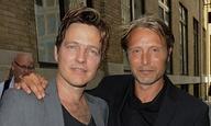 «Ασπρο Πάτο»! Το Flix τα πίνει με δυο πανέμορφους άντρες, τον Τόμας Βίντερμπεργκ και τον Μαντς Μίκελσεν