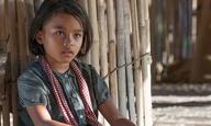 Η Αντζελίνα Τζολί αποκαλύπτει τη ζωή κάτω από την τρομοκρατία των Κόκκινων Χμερ στο τρέιλερ του «First They Killed My Father»