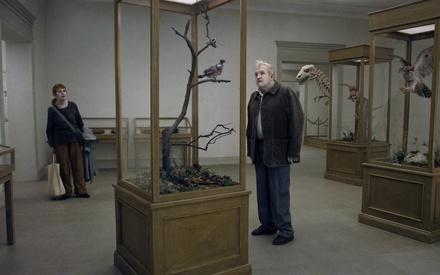Βενετία 2014: Ο Ρόι Αντερσον κάνει μια ακόμη ταινία για το τι «σημαίνει να είσαι άνθρωπος» με το «A Pigeon Sat on a Branch Reflecting on Existence»