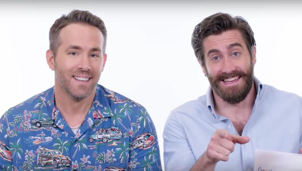 Οι Ράιαν Ρέινολντς & Τζέικ Τζίλενχαλ απαντούν στις πιο διάσημες ερωτήσεις του google search για τους ίδιους (και γίνονται viral)