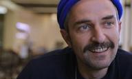 «The Waiter»: Ο Αρης Σερβετάλης σερβίρει αλήθειες στην κάμερα του Flix