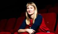 H Σάνον Μέρφι, σκηνοθέτης του «Babyteeth», εξηγεί στο Flix γιατί το σινεμά είναι η πιο φθηνή ψυχοθεραπεία