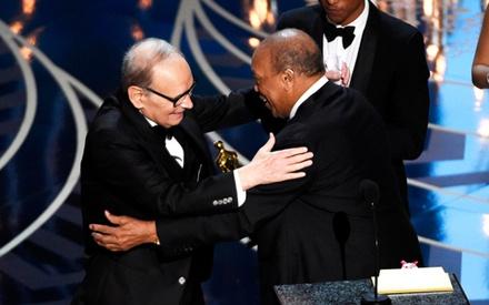 Oscars 2016: «Grandissimo Maestro». Ο Ματέο Ρέντζι τουιτάρει τον Μορικόνε