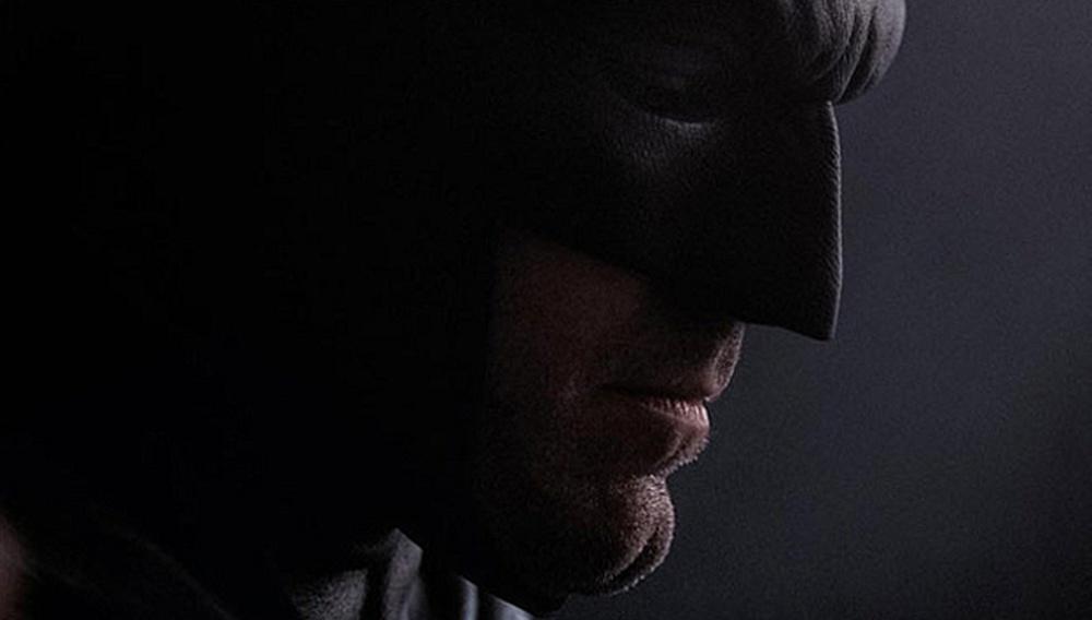 Δεν είναι πουλί, ούτε αεροπλάνο: Είναι ο Μπεν Αφλεκ στην πρώτη του φωτογραφία από το «Batman Vs. Superman»