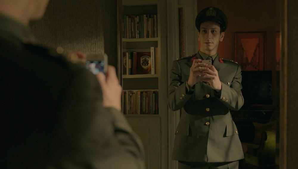 «Ταινία αγνώστων λοιπών στοιχείων»: O Ζαχαρίας Μαυροειδής ψηλαφίζει την ταυτότητα του «Απόστρατου»