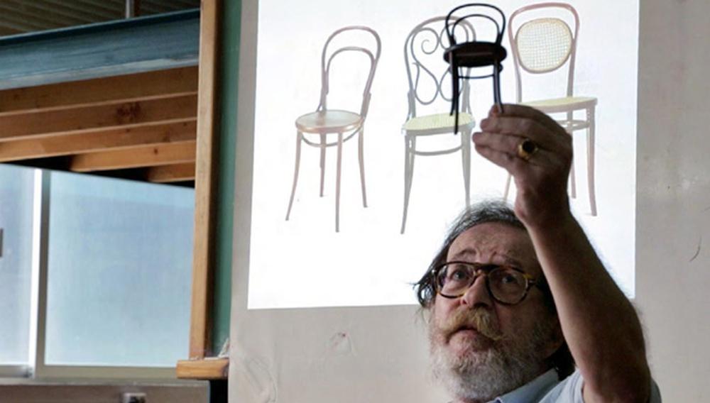 Ο Κωνσταντίνος Καμπούρογλου σας διδάσκει «Πώς να κλέψετε μια καρέκλα»