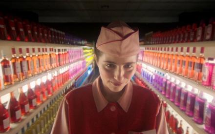 Το Flix τρώει καραμέλες που σκάνε στο στόμα στα γυρίσματα του «Cosmic Candy» της Ρηνιώς Δραγασάκη