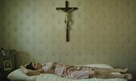 Την πίστη μου (κυριολεκτικά) μέσα! Δείτε μια σκηνή από τον «Παράδεισο της Πίστης» του Ουλριχ Ζάιντλ