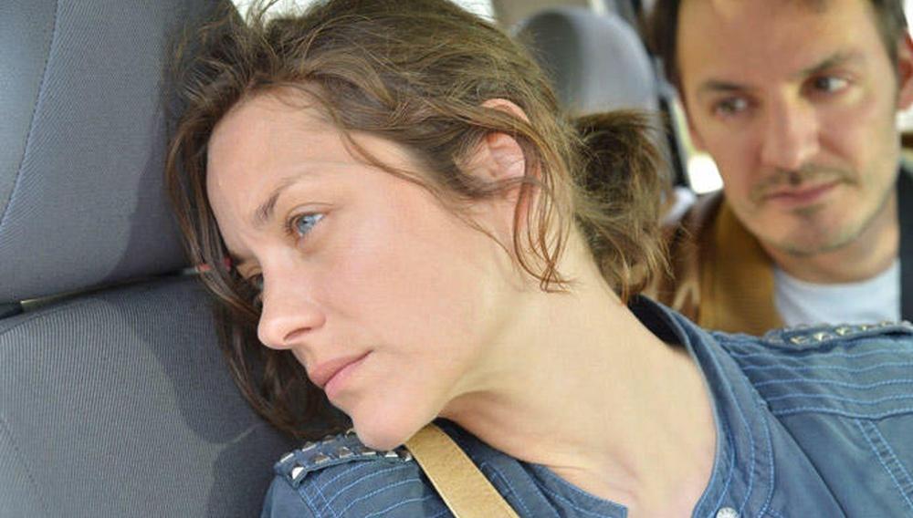 H Μαριόν Κοτιγιάρ ακούει Πετούλα Κλαρκ σε μια από τις ωραιότερες σκηνές του «Δύο Μέρες, Μια Νύχτα» των αδελφών Νταρντέν