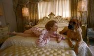 Ο Γιώργος Λάνθιμος «σκηνοθετεί» την Εμα Στόουν σε μια σκυλίσια ζωή στα προάστια