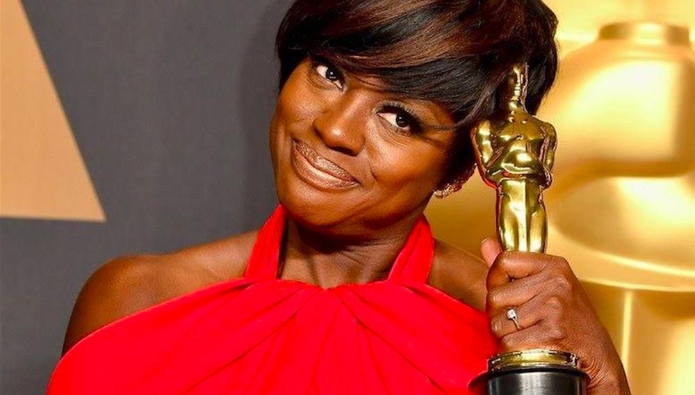 """Η Βαϊόλα Ντέιβις αποδεικνύει ότι το Χόλιγουντ δεν έχει αχρωματοψία: «Αν είμαι """"η μαύρη Μέριλ Στριπ"""", πληρώστε με το ίδιο!»"""