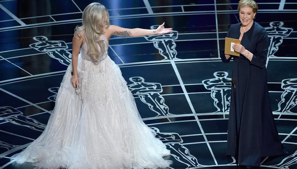 Oscars 2015: Η Lady Gaga φορούσε γάντια όχι για να πλύνει τα πιάτα αλλά για να σκουπίσει τα δάκρυα από τη συγκινητική της εμφάνιση