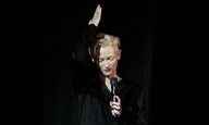 Berlinale 2016: Η Τίλντα Σουίντον τιμά τον Ντέιβιντ Μπόουι και συγκινεί