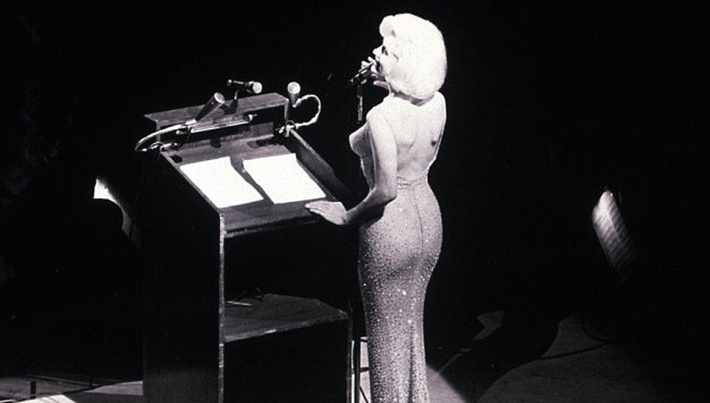 Ποσό ρεκόρ σε δημοπρασία για το φόρεμα που φορούσε η Μέριλιν Μονρό όταν είπε «Χρόνια Πολλά» στον Τζον Φ. Κένεντι