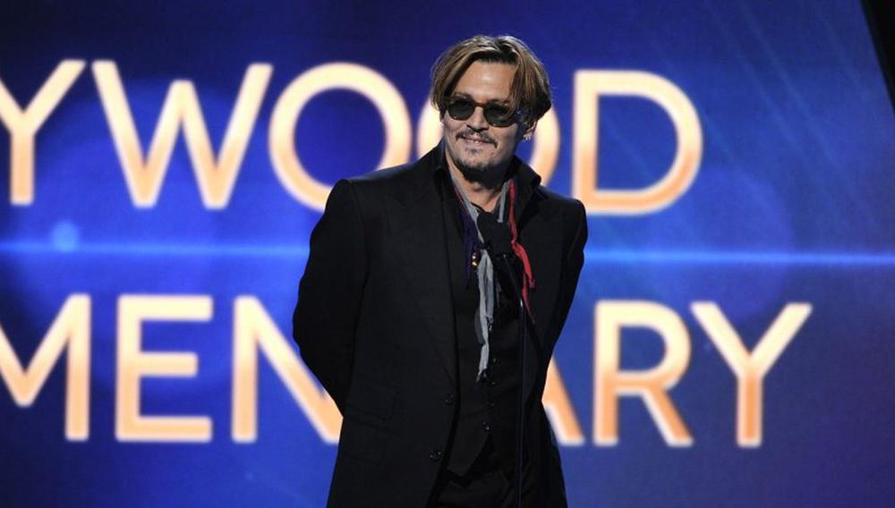 Ο Τζόνι Ντεπ λιώμα στη σκηνή των Hollywood Film Awards: αμήχανο ή... «rock n' roll»;