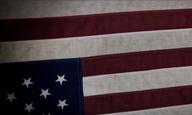 Αναποδογυρίζοντας την αμερικανική σημαία στο πρώτο τρέιλερ του «Snowden» του Ολιβερ Στόουν