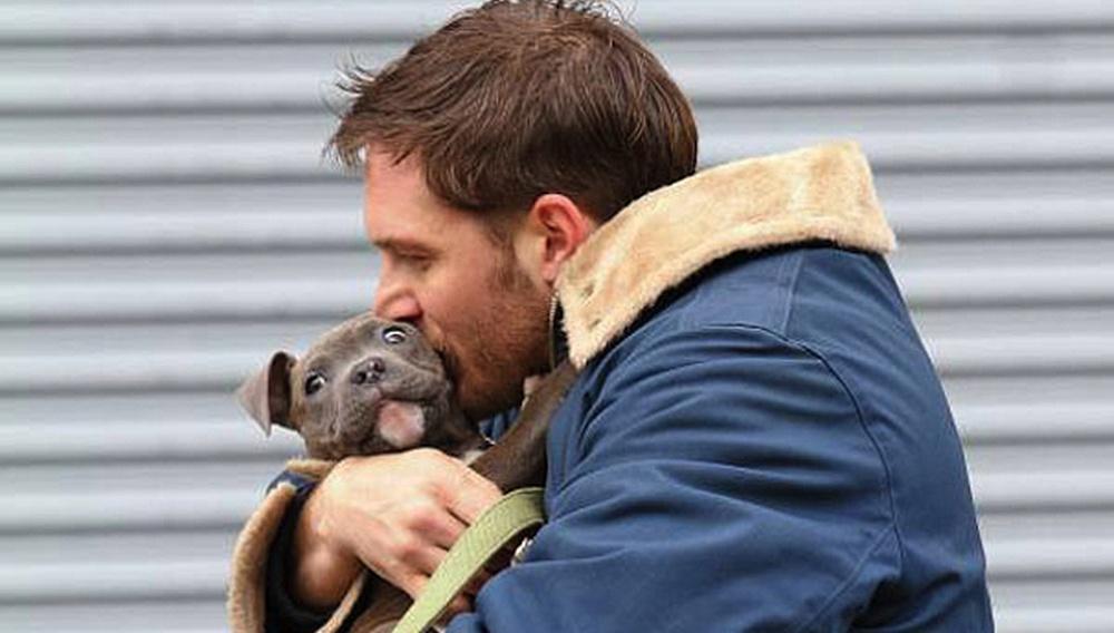 Too cute! Ο Τομ Χάρντι κι ένα κουτάβι στα γυρίσματα του «Animal Rescue»