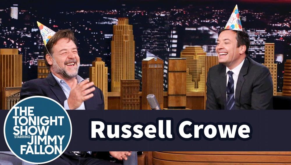 Ο Ράσελ Κρόου γιορτάζει τα γενέθλιά του στο Tonight Show παίζοντας παιχνίδια με τον Τζίμι Φάλον