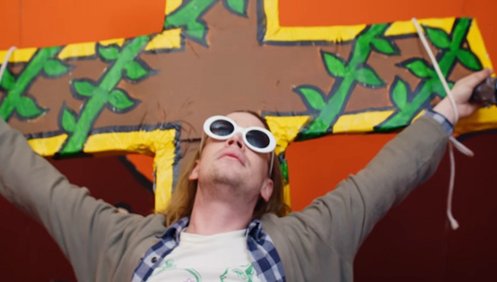 Ο Μακόλεϊ Κάλκιν ως εσταυρωμένος Κερτ Κομπέιν στο νέο βίντεο κλιπ του Father John Misty