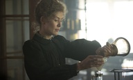 Η Ρόζαμουντ Πάικ είναι «Radioactive» στο τρέιλερ της ταινίας της Μαρζάν Σατραπί