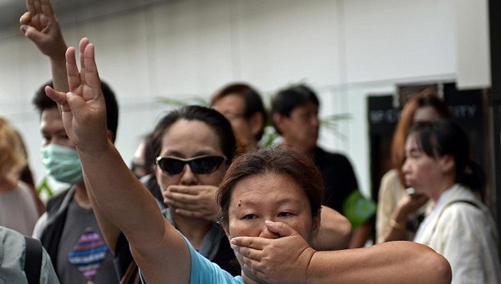 Στην Ταϊλάνδη απαγορεύεται να χαιρετάς όπως στο «Hunger Games»