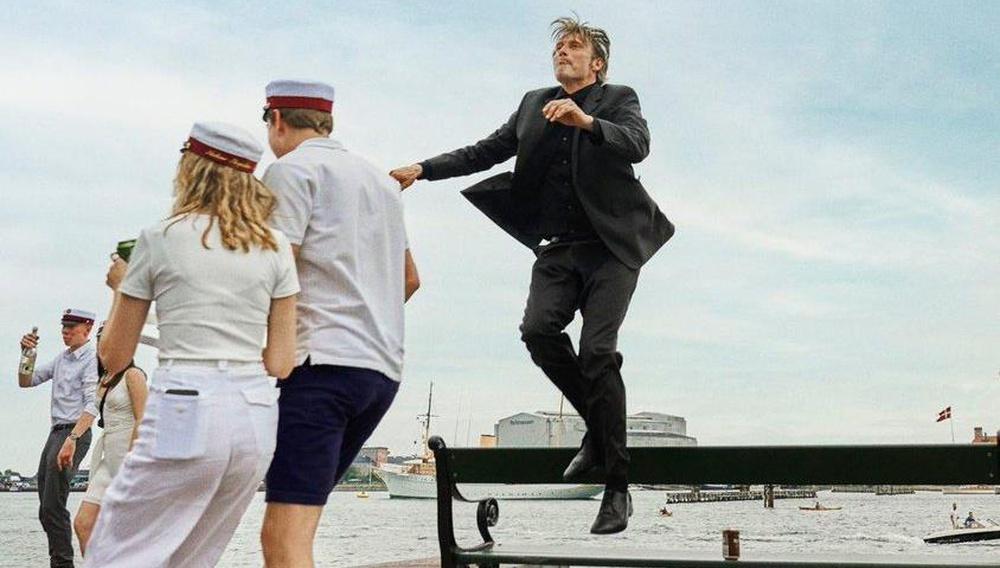 «Οχι δε θα συμμετέχω και χαίρομαι για αυτό»: ο Μαντς Μίκελσεν σχολιάζει το αμερικανικό remake του «Another Round»