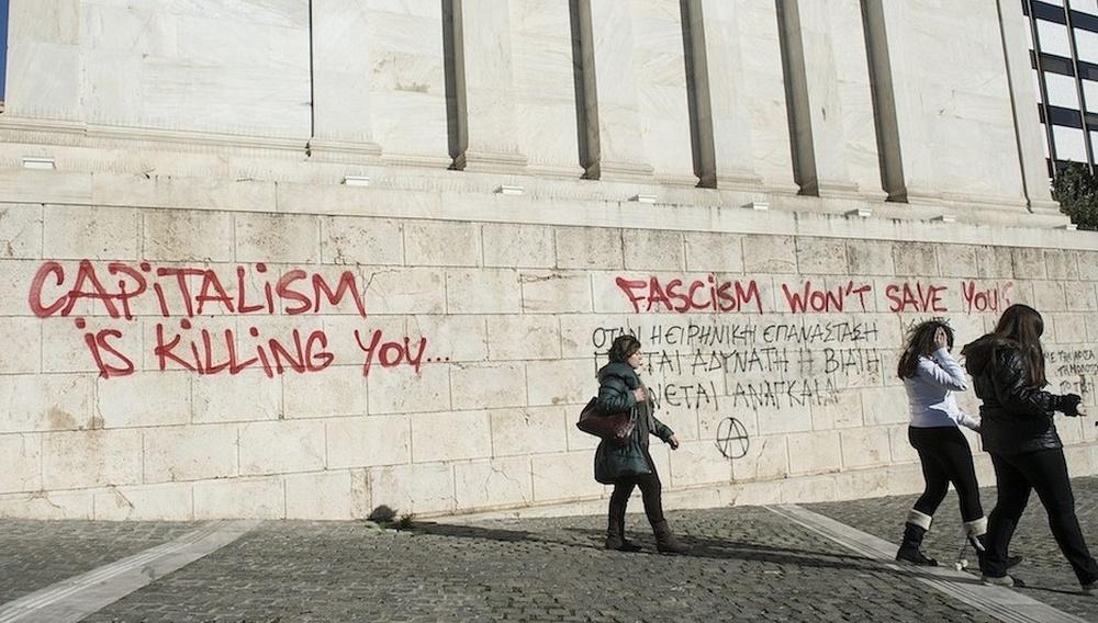«Into the Fire»: H Ελλάδα της κρίσης μέσα στις φλόγες του φασισμού