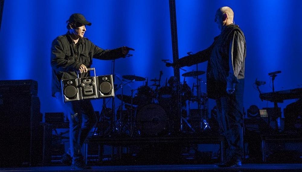 O Τζον Κιούζακ και ο Πίτερ Γκάμπριελ ζουν ξανά την πιο κλασική στιγμή του «Say Anything»!