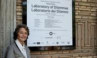 Η Σάρλοτ Ράμπλινγκ κάνει βόλτα στο «Εργαστήριο Διλημμάτων» του Γιώργου Δρίβα, στην Μπιενάλε Βενετίας