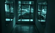 «Εις την Ελευθερίαν»: Ο Χάρης Ραφτογιάννης κρυφοκοιτάζει απέναντι, στην «έξοδο» από το σπίτι