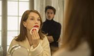 Η Ιζαμπέλ Ιπέρ κρατά μαστίγιο στο «Eva» του Μπενουά Ζακό
