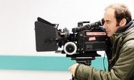 Ο Θύμιος Μπακατάκης «φωτογραφίζει» τη Ρούνι Μάρα στο «Blackbird» του Μπένεντικτ Αντριους