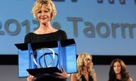 Που εξαφανίστηκε η Μεγκ Ράιαν; Δείτε την να παραλαμβάνει τιμητικό βραβείο στο Φεστιβάλ της Ταορμίνα