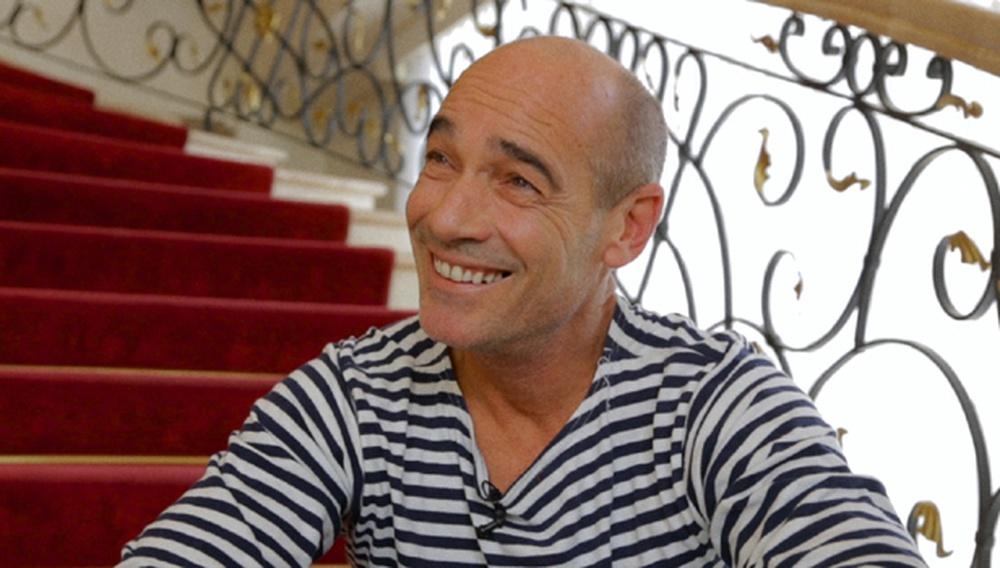 Αφοπλιστικά όμορφος και πεισματικά ιδεαλιστής: Ο Ζαν-Μαρκ Μπαρ μιλάει στην κάμερα του Flix για το «Dolphin Man» του Λευτέρη Χαρίτου