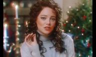 H Εμα Στόουν τραγουδά για το «The Christmas Candle»
