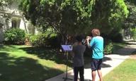 Δύο πιτσιρίκια παίζουν το theme του «Star Wars» έξω από το σπίτι του Τζον Γουίλιαμς (αν είσαι φαν, κάντο έτσι!)