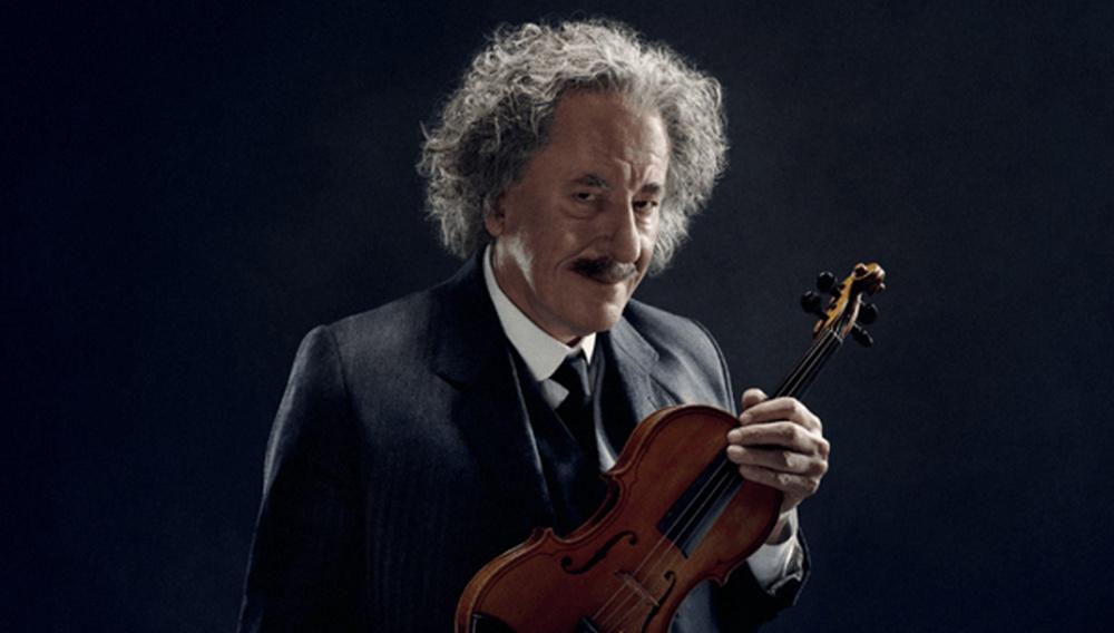 Ευφυέστατο! Δείτε τον Τζέφρι Ρας ως Άλμπερτ Αϊνστάιν στο σποτάκι του «Genius» να παίζει με το βιολί του Lady Gaga